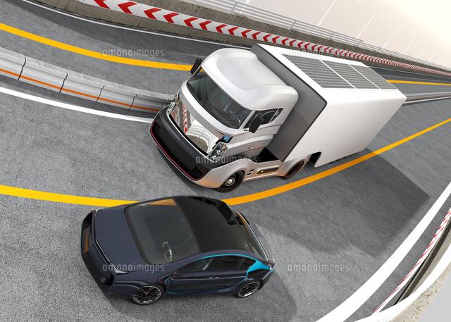 高速道路に走行するトラックと電気自動車の写真素材 [FYI04648020]