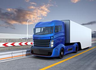 高速道路に走行する自動運転機能付きのハイブリッドトラックの写真素材 [FYI04648026]
