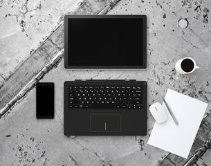 上から見るタブレット、キーボードに分離された着脱式PCとスマートフォンのイラスト素材 [FYI04648127]
