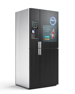 スマート冷蔵庫の扉にタッチスクリーン、プッシュ通知で残量確認及び購入。広告連動でクーポン表示可の写真素材 [FYI04648198]