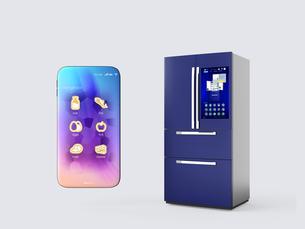 タッチパネル付きの冷蔵庫とスマートフォン。アプリ操作で庫内管理可能。スマート家電コンセプトの写真素材 [FYI04648231]