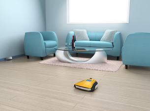 リビングルームに掃除している黄色いロボット掃除機の写真素材 [FYI04648232]