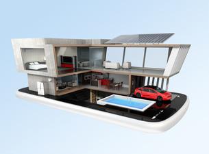スマートフォンの上にある省エネスマートホーム。スマホアプリによるホームエネルギー管理コンセプトの写真素材 [FYI04648271]
