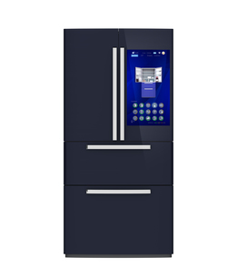 スマート冷蔵庫の扉にあるタッチスクリーンで食材残量や賞味期限確認管理コンセプトの写真素材 [FYI04648283]