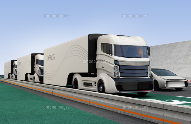 電気自動車非接触充電レーンに隊列走行している自動運転トラックの写真素材 [FYI04648302]
