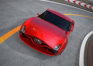 高速道路のカーブにさしかかる赤色のEVスポーツカーの写真素材 [FYI04648313]