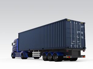 メタリックブルーのトラックが紺色のコンテナを運ぶの写真素材 [FYI04648318]