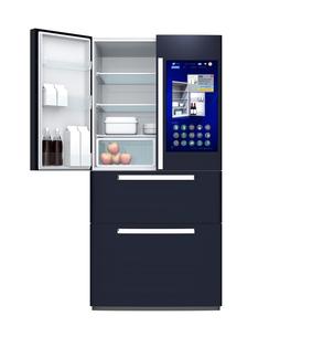 スマート冷蔵庫の扉にあるタッチスクリーンで食材残量や賞味期限確認管理コンセプトの写真素材 [FYI04648323]
