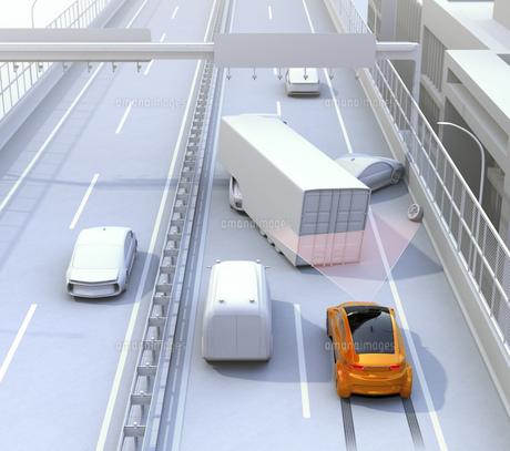 高速道路の事故現場に衝突被害軽減ブレーキによる二次事故回避のコンセプトイメージの写真素材 [FYI04648396]