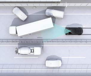 高速道路の事故現場に衝突被害軽減ブレーキによる二次事故回避のコンセプトイメージの写真素材 [FYI04648397]