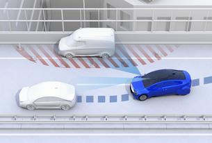 高速道路の路肩に故障車を避ける青いクルマ。障害物回避支援のコンセプトイメージの写真素材 [FYI04648401]