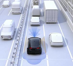 渋滞中の前方車両を追従して運転するクルマ。ドライブアシストのコンセプトイメージの写真素材 [FYI04648404]