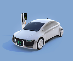 充電中の電気自動車のフロント部に充電状態が表示されている。車と人のコミュニケーションのコンセプトの写真素材 [FYI04648424]