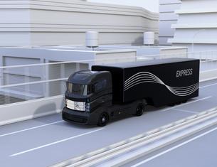 高速道路に走行している自動運転トラックの写真素材 [FYI04648428]