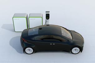 充電中の電気自動車。充電スタンドにバッテリー組が装備されているの写真素材 [FYI04648432]