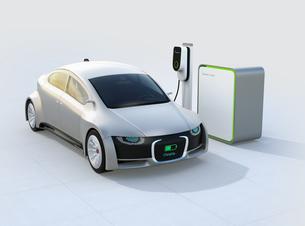 充電中の電気自動車のフロント部に充電状態が表示されている。車と人のコミュニケーションのコンセプトの写真素材 [FYI04648433]
