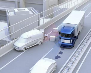 高速道路の落下物を回避したトラック。障害物回避支援のコンセプトイメージの写真素材 [FYI04648434]