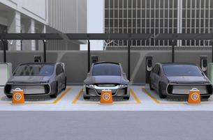カーシェア専用駐車場に駐車している無人運転電気自動車。カーシェアリングのコンセプトの写真素材 [FYI04648448]