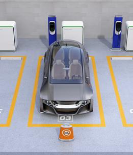 カーシェア専用駐車場に駐車している無人運転電気自動車。カーシェアリングのコンセプトの写真素材 [FYI04648457]