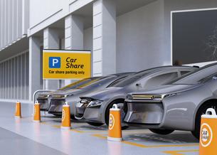 カーシェア専用駐車場に駐車している無人運転電気自動車。カーシェアリングのコンセプトの写真素材 [FYI04648462]