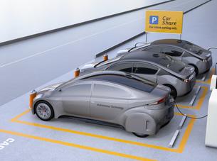 カーシェア専用駐車場に駐車している無人運転電気自動車。カーシェアリングのコンセプトの写真素材 [FYI04648469]