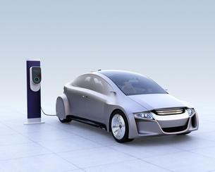 急速充電スタンドに充電する電気自動車のイメージの写真素材 [FYI04648471]