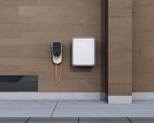 壁掛け式電気自動車充電スタンドと蓄電池のイメージの写真素材 [FYI04648476]