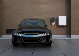 黒色の電気自動車、壁掛け式EV充電スタンドと蓄電池のイメージの写真素材 [FYI04648477]