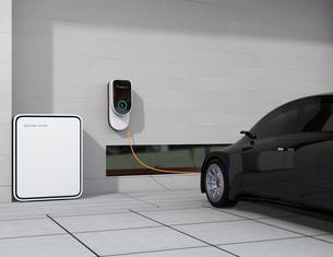 黒色の電気自動車、壁掛け式EV充電スタンドと蓄電池のイメージの写真素材 [FYI04648480]