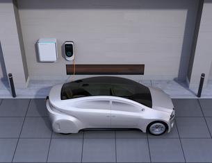 つや消しシルバーの電気自動車、壁掛け式EV充電スタンドと蓄電池のイメージの写真素材 [FYI04648482]