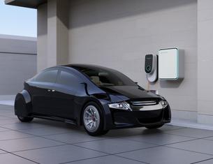 黒色の電気自動車、壁掛け式EV充電スタンドと蓄電池のイメージの写真素材 [FYI04648491]
