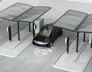 公共施設の充電スタンドに充電している電気自動車の写真素材 [FYI04648495]