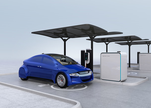 公共施設の充電スタンドに充電している青色の電気自動車の写真素材 [FYI04648496]