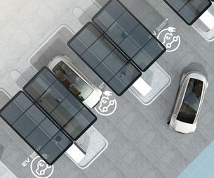公共施設の充電スタンドに充電している黒色の電気自動車の写真素材 [FYI04648497]
