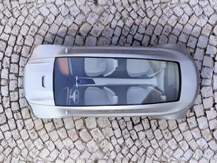 石畳道路に止まっている電気自動車の俯瞰イメージの写真素材 [FYI04648530]