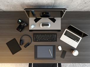 クリエイターのデスクトップの俯瞰イメージの写真素材 [FYI04648606]