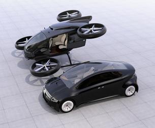 自動運転車とドローンタクシー。車とドローンのシェアリングビジネスで快速移動手段を提供するコンセプトの写真素材 [FYI04648644]