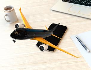 卓上にあるスマートフォンから飛び立つ飛行機。モバイルチェックインのコンセプトの写真素材 [FYI04648645]