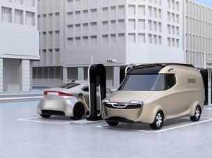 充電スタンドに充電している電気自動車のイメージの写真素材 [FYI04648652]