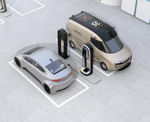 充電スタンドに充電している電気自動車のイメージの写真素材 [FYI04648654]
