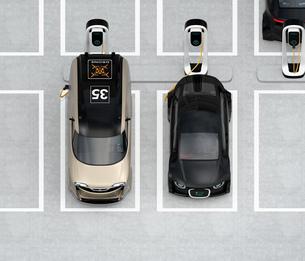 充電スタンドに充電している電気自動車の正面アイソメイメージの写真素材 [FYI04648666]