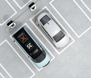 充電スタンドに充電している電気自動車の鳥瞰イメージの写真素材 [FYI04648670]
