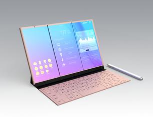 折りたたみ式スマートフォンが展開され、キーボードにドッキングしてノートパソコンのように利用するの写真素材 [FYI04648671]
