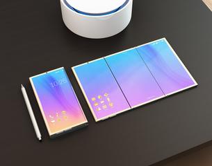 卓上に置かれているスマートフォン、タブレット、タッチペンと音声アシスタント装置のイラスト素材 [FYI04648676]