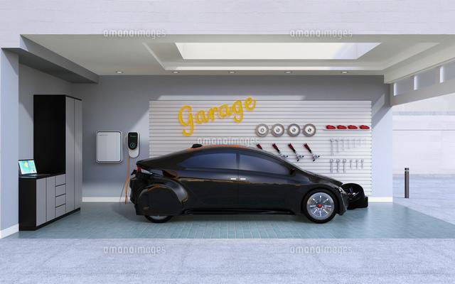 ガレージに充電している黒い電気自動車のイメージの写真素材 [FYI04648695]