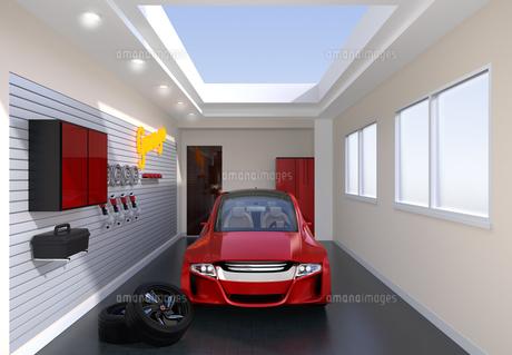 赤色電気自動車が止まっているガレージの正面イメージの写真素材 [FYI04648701]