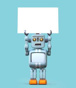 コピースペース付きのホワイトボードを持ち上げるレトロロボットの写真素材 [FYI04648768]