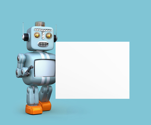 コピースペース付きのホワイトボードを持ち上げるレトロロボットの写真素材 [FYI04648783]