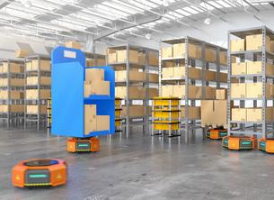 荷物を運搬する自動運搬ロボット。物流支援ロボットのコンセプトの写真素材 [FYI04648811]