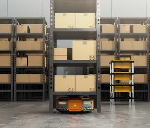 商品棚を運搬するオレンジ色のロボット。物流支援ロボットのコンセプトの写真素材 [FYI04648827]